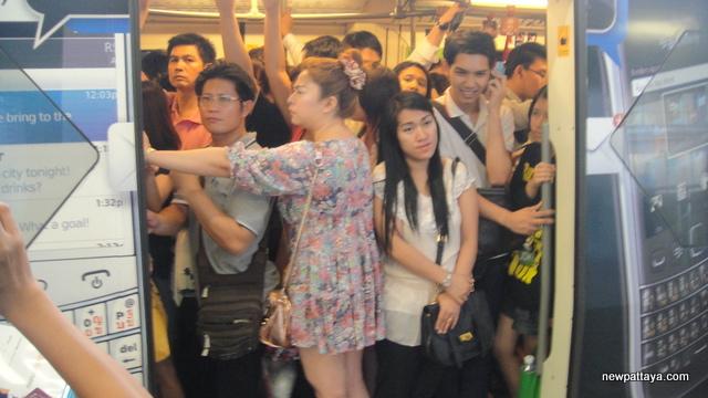 A crowded skytrain in Bangkok - 15 March 2013 - newpattaya.com