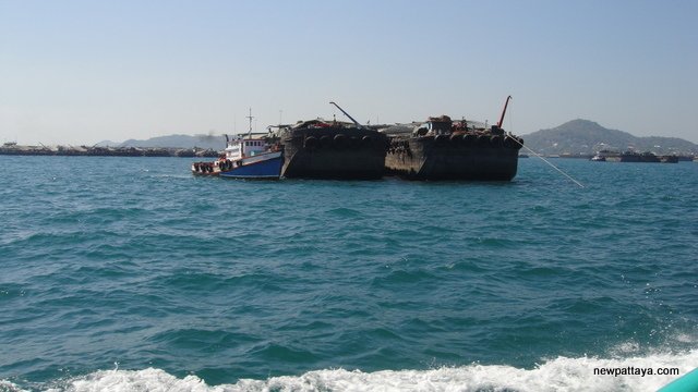 Barges anchored near Koh Sichang - 3 January 2012 - newpattaya.com