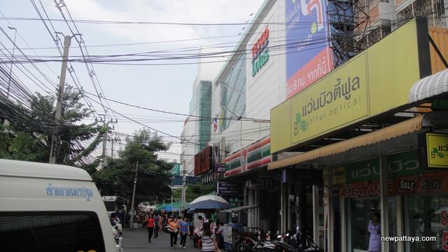 Tesco Lotus Borommaratchachonnani - 28 April 2013 - newpattaya.com