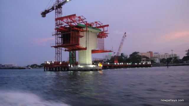 The MRT Blue Line new bridge under construction - 28 April 2013 - newpattaya.com