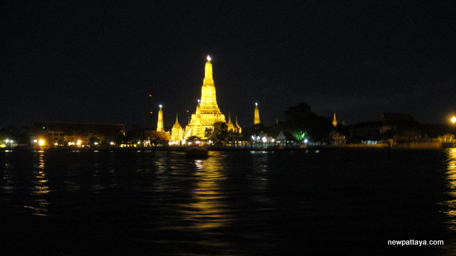 Wat Arun by night - 28 April 2013 - newpattaya.com