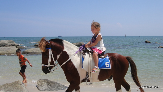 Cute girl riding a horse in Hua Hin - October 2012 - newpattaya.com