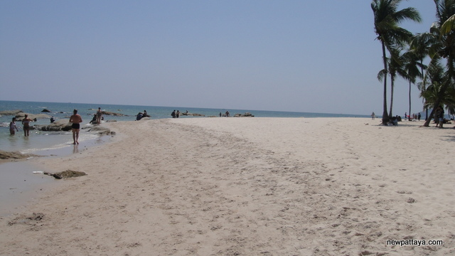 The beach in Hua Hin - October 2012 - newpattaya.com